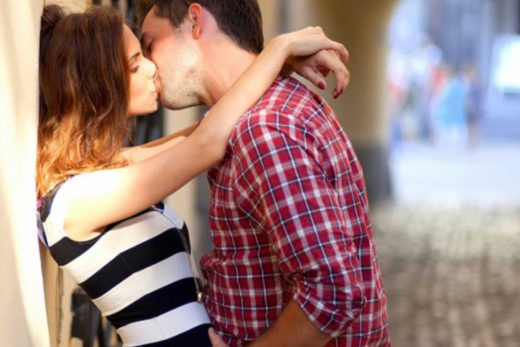 Куда деть руки, когда целуешься с девушкой?