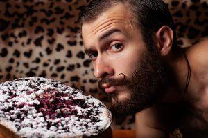 мужчина выберет торт
