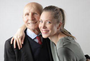 старый мужчина и молодая девушка