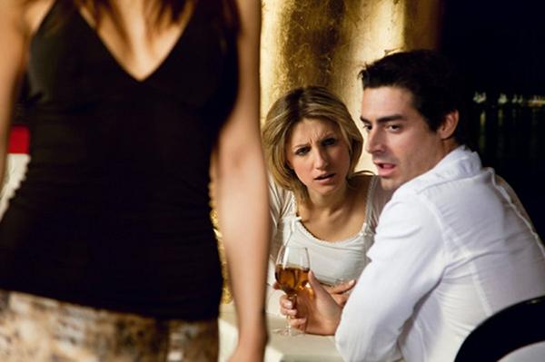 мужчина смотрит на чужую девушку